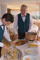 """Europe/France/Provence-Alpes-Cote d'Azur/Alpes-Maritimes/Antibes/Cap D'Antibes: Service au guéridon de la Bouillabaisse au restaurant """"Le Bacon"""" bd de Bacon [Non destiné à un usage publicitaire - Not intended for an advertising use]"""