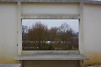 Poissy- Le Corbusier Villa Savoye, tavolo integrato nella struttura, finestra su alberi