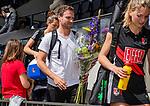 AMSTELVEEN  -  coach Rick Mathijssen (A'dam) wordt geerd na zijn laatste competitiewedstrijd .   Hoofdklasse hockey dames ,competitie, dames, Amsterdam-Groningen (9-0) . rechts Kimberly Thompson (A'dam) .   COPYRIGHT KOEN SUYK
