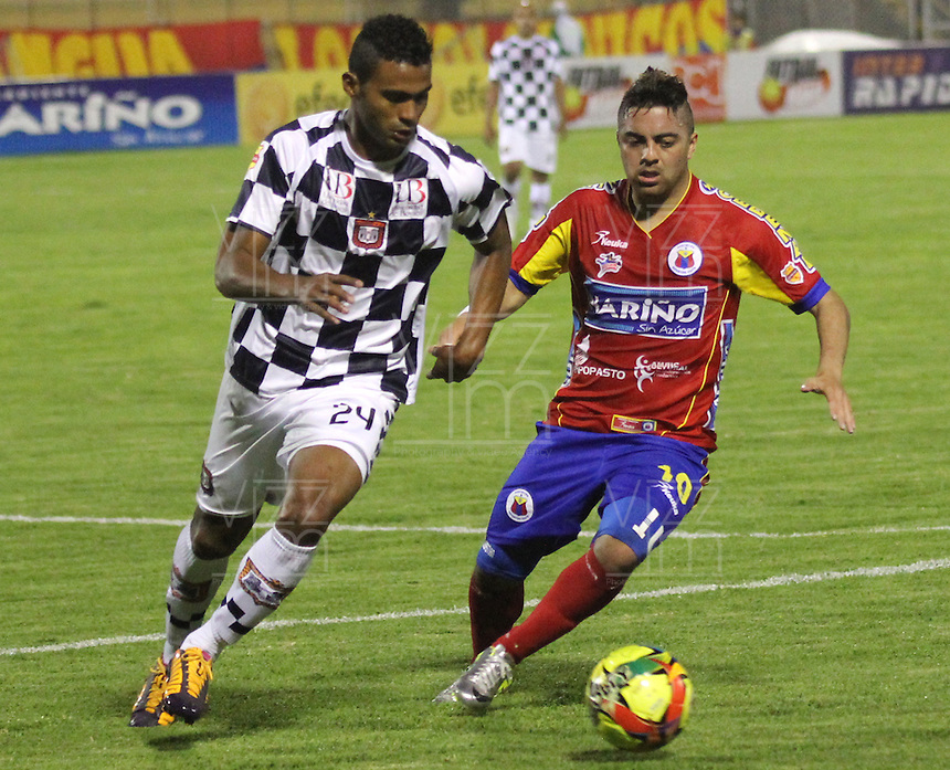 PASTO -COLOMBIA, 11-03-2014. Juan Villota  (Der.) jugador del Deportivo Pasto  disputa el balon con Edwin Avila  (Izq.) jugador del Boyaca Chico F.C. durante partido de la decima fecha de la Liga Postobon I 2014, jugado en el estadio La Libertad  de la ciudad de Pasto. / Juan Villota (R) player of Deportivo Pasto  fights for the ball with Edwin Avila  (L) player of Boyaca Chico F.C. during a match for the tenth date of the Liga Postobon I 2014 at the Libertad  stadium in Pasto city. Photo: VizzorImage / Leonardo Castro / STR..