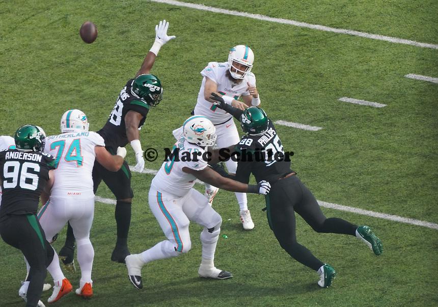 quarterback Ryan Fitzpatrick (14) of the Miami Dolphins unter Druck von defensive tackle Quinnen Williams (95) of the New York Jets - 08.12.2019: New York Jets vs. Miami Dolphins, MetLife Stadium New York