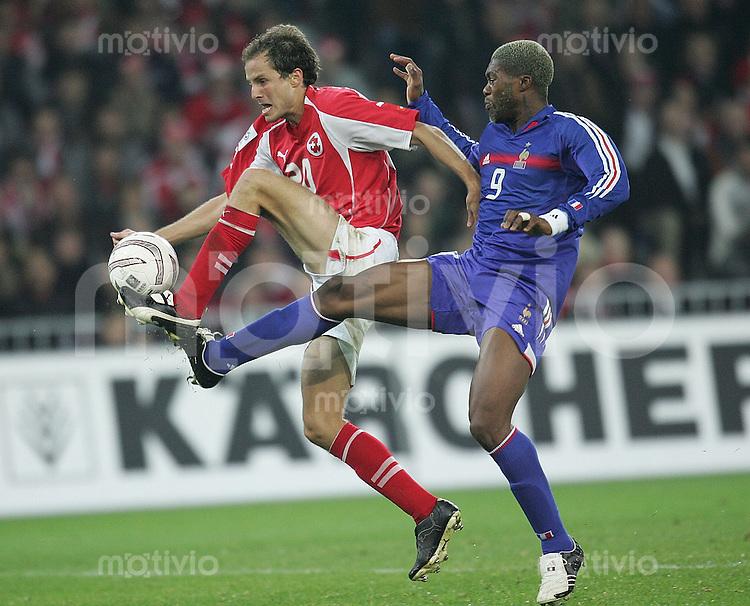 Fussball International WM Qualifikation Schweiz 1-1 Frankreich Patrick Mueller (SUI li) gegen Djibril Cisse (FRA re)