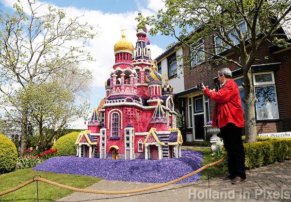 Bloemendagen in Limmen. Bewoners maken bloemmozaieken in hun tuin of straat. In deze tuin staat de Bloedkerk uit Sint Petersburg, gemaakt van gaas en hyacinten