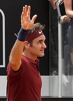 Lo svizzero Roger Federer saluta il pubblico nel corso degli Internazionali d'Italia di tennis a Roma, 11 maggio 2016.<br /> Switzerland's Roger Federer waves to fans after defeating Germany's Alexander Zverev at the Italian Open tennis tournament, in Rome, 11 May 2016.<br /> UPDATE IMAGES PRESS/Isabella Bonotto