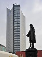 Stadtmarken / Stadtansichten in der Innenstadt von Leipzig / Zentrum - Cityhochhaus / Panoramatower / Uniriese vom Unicampus mit Leibniz Denkmal. Foto: Norman Rembarz