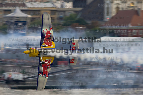 0708193954a Red Bull Air Race international air show qualifying runs over the river Danube, Budapest preceding the anniversary of Hungarian state foundation. Hungary. Sunday, 19. August 2007. ATTILA VOLGYI