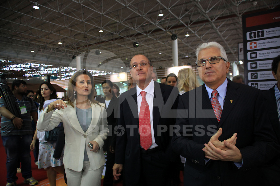 SAO PAULO, SP, 16 DE JANEIRO DE 2012 - COUROMODA - O governador de Sao Paulo Geraldo Alckmin (C), e o presidente da Couromoda Francisco Santos (D), durante abertura da Feira Couromoda , no pavilhao de Exposicao do Anhembi zona norte da cidade, nesta manha de segunda-feira (16). FOTO: RICARDO LOU - NEWS FREE.