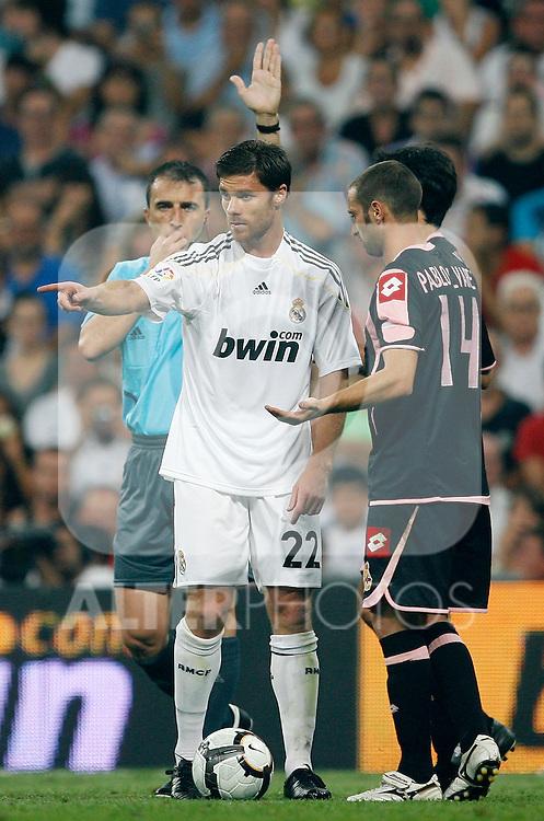 Real Madrid's Xabi Alonso (c), Deportivo de La Coruna's Pablo Alvarez (r) and the referee David Fernandez Borbalan (l) during La Liga match.August 29 2009. (ALTERPHOTOS/Acero).