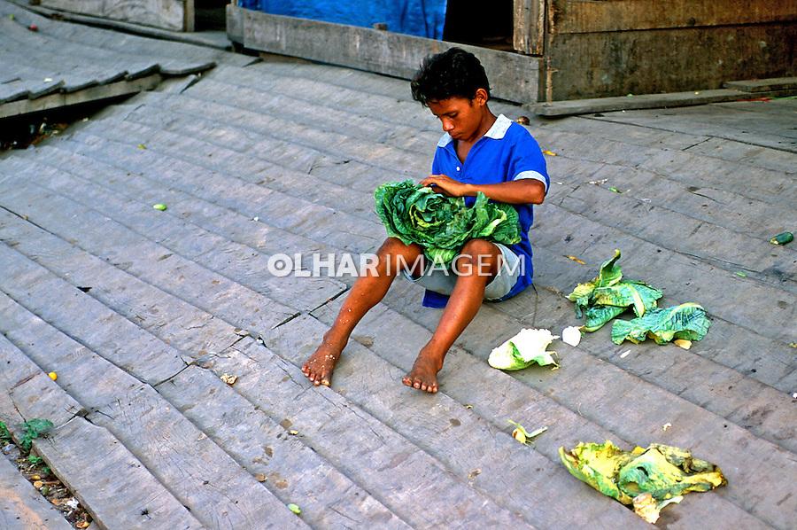 Criança recolhe restos de feira em Manaus. Amazonas. 1994. Foto de juca Martins.