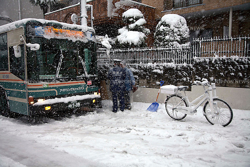 January 14, 2013, Tokyo, Japan - A bus is pictured stuck on the street due to Tokyo's first heavy snowfall this year. Heavy snow in Tokyo disrupted public transportation throughout the city. (Photo by Rodrigo Reyes Marin/AFLO)..