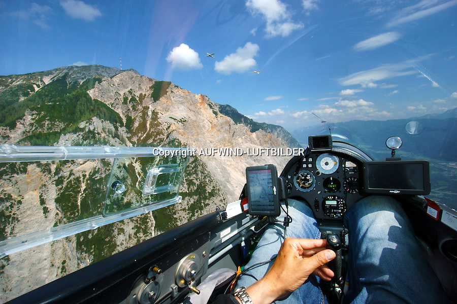 Blick aus einem Cockpit eines Segelflugzeugs am Dobratsch: EUROPA, OESTEREICH (EUROPE, Austria), 19.05.2015: Blick aus einem Cockpit eines Segelflugzeugs am Dobratsch im Hangflug am Berg