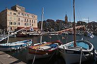 Europe/France/Provence -Alpes-Cote d'Azur/83/Var/Sanary-sur-Mer: Le port et ses pointus, l'église et  la tour romane
