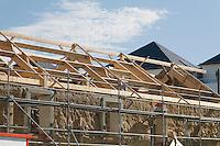 Construite autour, ou plutot au-dessus des trois anciens batiments d'une ferme du XIXe en bauge. Une construction peu respectueuse des modes de construction traditionnels
