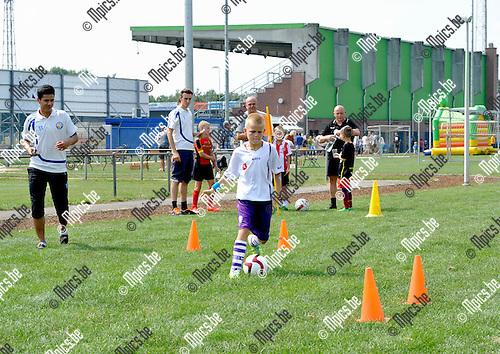 2014-07-26 / voetbal / seizoen 2014-2015 / Fandag ASV Geel / Een voetbalparcours dat door iedereen kon gedaan worden.