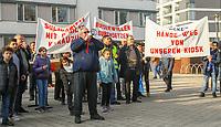 Demonstration der Anwohner und Sympathisanten vom Bahnhof Kelsterbach zum Rathaus für den Erhalt des Kiosk von Mehmet Karaüzüm, Raimondo Cademas am Megaphon  - 21.02.2019: Demonstration für den Erhalt des Kiosk an der Niederhölle in Kelsterbach