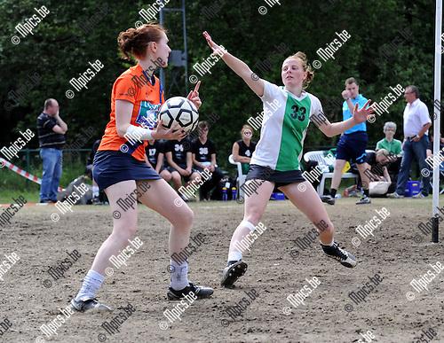 2011-05-22 / Korfbal / seizoen 2010-2011 / Voorwaarts - Scaldis / Dekeyser (r, Scaldis) met Nicky Peeters..Foto: Mpics