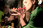 Kate fume une pipe de Marijuana avec ses amis dans une sorte de squat où elle et sa bande se retrouve le week end////////Kate smoking a Marijuana pipe with her friends in a kind of squat where she and her gang meet up on weekends
