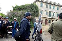 Roma 27 Aprile 2013.Questa mattina, agenti della polizia sono  andati a casa di Lander Fernandez ,al quartiere Garbatella, attivista del movimento giovanile basco, rifugiato in italia e agli arresti domiciliari  da più di un anno per  la richiesta di estradizione da parte della Spagna che lo accusa di aver commesso un reato di danneggiamento di un autobus durante una manifestazione a Bilbao nel febbraio 2002. La polizia lo ha portato in Questura per notificargli l'estradizione. Lander con il pugno chiuso viene portato via dalla polizia