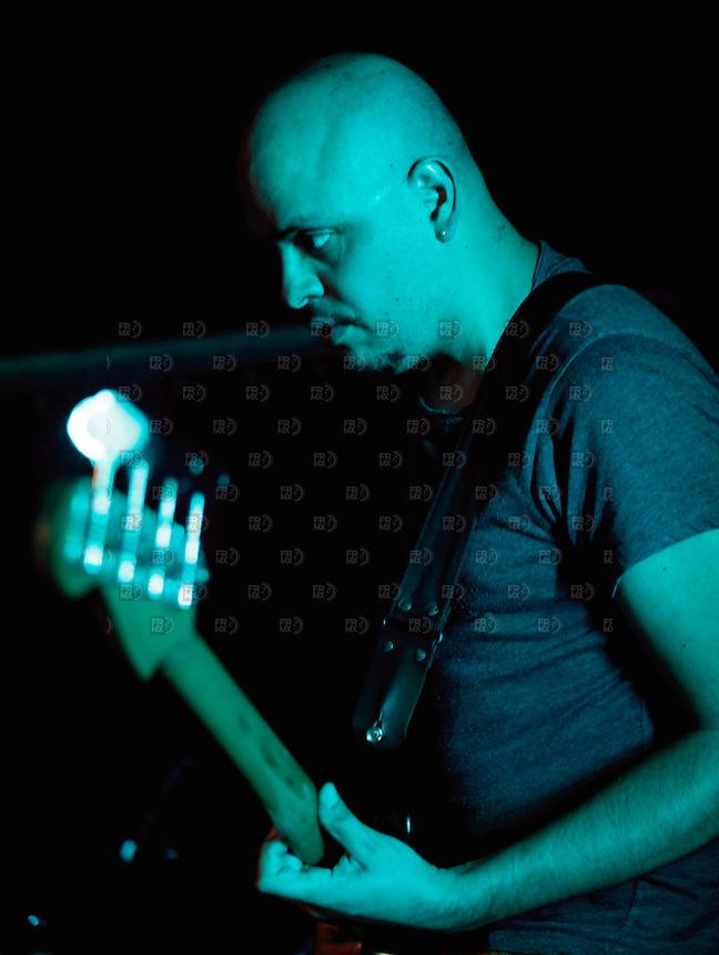 CIUDAD DE M&Eacute;XICO, DF. Julio 12, 2013  &ndash; Carlos Maldonado bajista del grupo de Jazz, Los Dorados, toca el bajo en el Bar Caradura de la Ciudad de M&eacute;xico.  FOTO: ALEJANDRO MEL&Eacute;NDEZ<br /> <br /> MEXICO CITY, DF. July 12, 2013 - Carlos Maldonado Jazz bassist, Los Dorados, plays bass in the Bar Caradura Mexico City. PHOTO: ALEJANDRO MELENDEZ