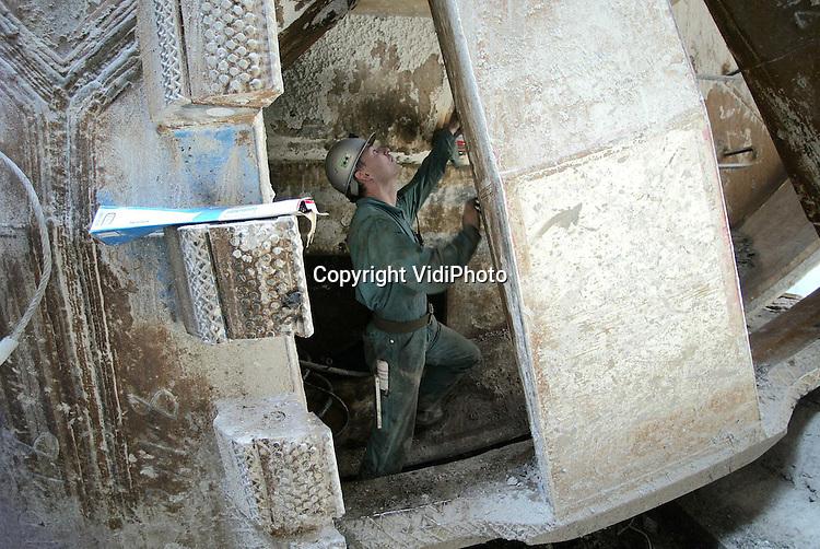 Foto: VidiPhoto..GROESSEN - Het 150 ton zware graafwiel van boormachine Maxima wordt maandag uit de boorput bij Groessen gehesen. Het enorme gevaarte wordt de komen weken verplaatst naar de overzijde van het Pannerdensch Kanaal om de tweede tunnel voor de Betuwelijn te gaan graven. De eerste tunnel van 1600 meter is gereed. In september begint het boren van de tweede buis. Foto: De binnenzijde van het graafwiel.