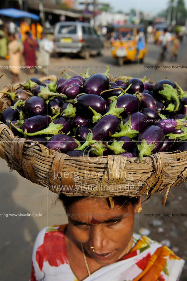 INDIA Odisha Orissa, Raygada, woman carry brinjal to the market / INDIEN Odisha Orissa, Raygada, Frau traegt Auberginen zum Verkauf auf dem Markt