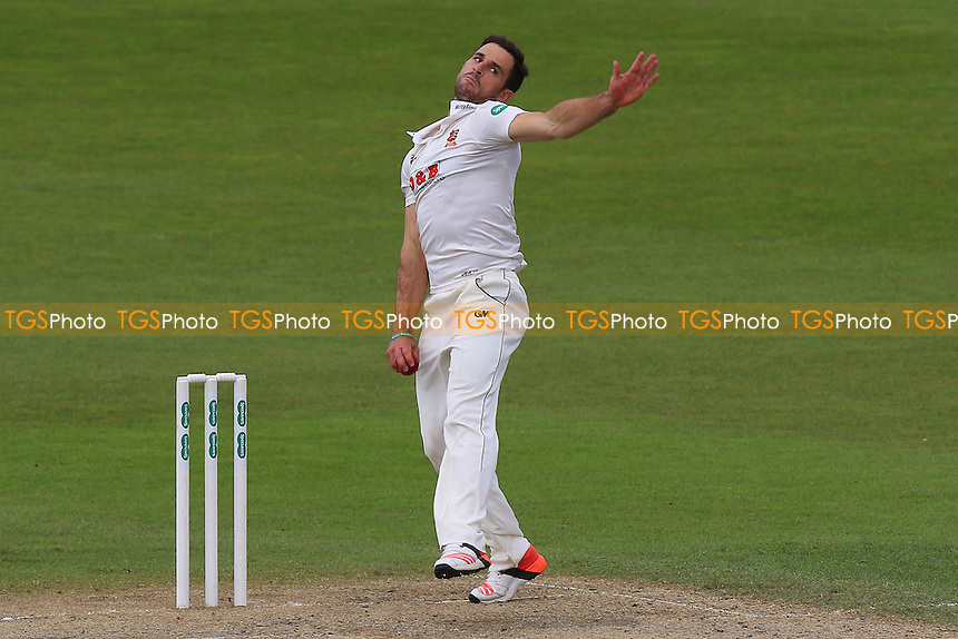 Ryan ten Doeschate in bowling action for Essex during Worcestershire CCC vs Essex CCC, Specsavers County Championship Division 2 Cricket at New Road on 3rd May 2016