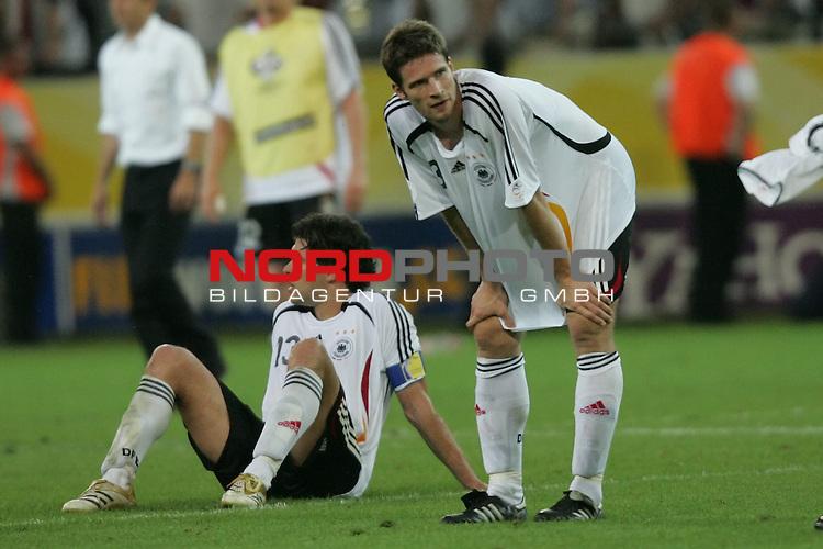 FIFA WM 2006 -  Semi Finals / Halbfinale<br /> Play    #61 (04-Juli) - Deutschland - Italien 0:2 n.V.<br /> <br /> Michael Ballack (links) und Arne Friedrich (rechts) von Deutschland entt&auml;uscht nach der Niederlage gegen Italien.<br /> <br /> Foto &copy; nordphoto