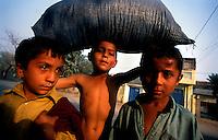 Peshawar / Pakistan.Child labor in a village on the outskirts of Peshawar..Photo Livio Senigalliesi