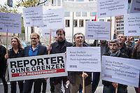 Als Reaktion auf die Verhaftung von der deutschen Fotojournalisten Ruben Neugebauer, Chris Grodotzki und Bjoern Kietzmann am Samstag den 11. Oktober 2014 in Diyabakir, Tuerkei, versammelten sich am Montag den 13. Oktober 2014 vor der tuerkischen Botschaft in Berlin Journalisten und die internationale Journalistenorganisation &quot;Reporter ohne Grenzen&quot;. Die drei Fotojournalisten wurden von einer tuerkischen Antiterror-Einheit mit dem Vorwurf festgenommen, sie seien Spione und Saboteure. Sie hatten aus Diybakir ueber die Konflikte der Kurden mit den tuerkischen Behoerden und Sicherheitskraeften berichtet, die aufgrund des Krieges der Terrororganisation Islamischer Staat (IS) ausgebrochen waren.<br /> Neugebauer, Grodotzki und Kietzmann wurden am 13. wieder aus der Haft entlassen und es wurde in einer ersten Verhandlung ueber eine moegliche Abschiebung aus der Tuerkei entschieden. Die drei duerfen vorerst weiter in der Tuerkei bleiben, jedoch koennen sie nicht arbeiten, da ihre Arbeitsgeraete beschlagnahmt bleiben.<br /> Weiter sitzen ca. 20 weitere lokale und internationale Journalisten in Haft, die ueber den Konflikt der Kurden im syrischen Kobane mit der Terrororganisation IS berichteten.<br /> 13.10.2014, Berlin<br /> Copyright: Christian-Ditsch.de<br /> [Inhaltsveraendernde Manipulation des Fotos nur nach ausdruecklicher Genehmigung des Fotografen. Vereinbarungen ueber Abtretung von Persoenlichkeitsrechten/Model Release der abgebildeten Person/Personen liegen nicht vor. NO MODEL RELEASE! Don't publish without copyright Christian-Ditsch.de, Veroeffentlichung nur mit Fotografennennung, sowie gegen Honorar, MwSt. und Beleg. Konto: I N G - D i B a, IBAN DE58500105175400192269, BIC INGDDEFFXXX, Kontakt: post@christian-ditsch.de<br /> Urhebervermerk wird gemaess Paragraph 13 UHG verlangt.]