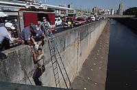SAO PAULO, SP, 13 de MAIO 2013 - Um homem identificado como Jose Marcio de 21anos saiu com seu carro de um estacionamento da Av dos Estado 2458, na contra mao e bateu em outro carro, Jose Marcio saiu do carro e pulou no Rio Tamanduatei policiais militares e Bombeiros reitaram o mesmo que esta com sinais de embreagues e drogado foi levado ao PS, da regiao, nesta segunda-feira, 13. (FOTO: ADRIANO LIMA / BRAZIL PHOTO PRESS).