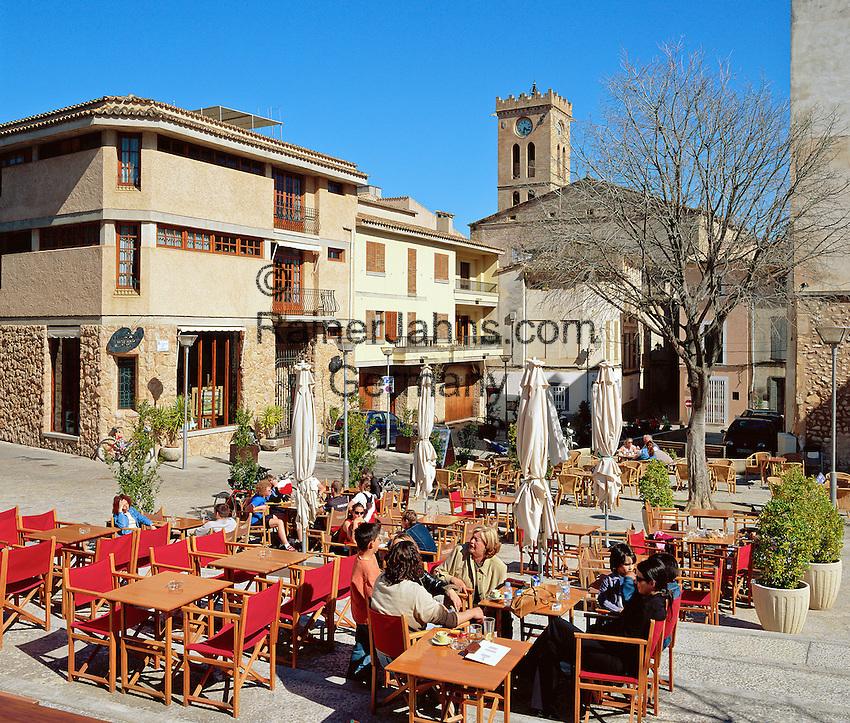 Spain, Mallorca, Pollenca (Pollensa): Cafe Scene in Old Town   Spanien, Mallorca, Pollenca (Pollensa): Cafe in der Altstadt