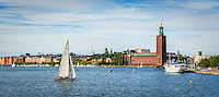 Klassisk segelbåt för segel på Riddarfjärden vid Stadshuset i Stockholm