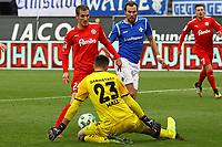 Torwart Joel Mall (SV Darmstadt 98) haelt gegen Dominik Drexler (Holstein Kiel) - 28.10.2017: SV Darmstadt 98 vs. Holstein Kiel, Stadion am Boellenfalltor, 2. Bundesliga