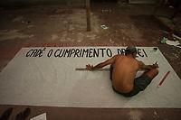 Paulo Sérgio Almeida do Nascimento pinta faixas para manifestação contra a Norsk Hydro dias antes de ser morto.<br /> Foto Maycon Nunes