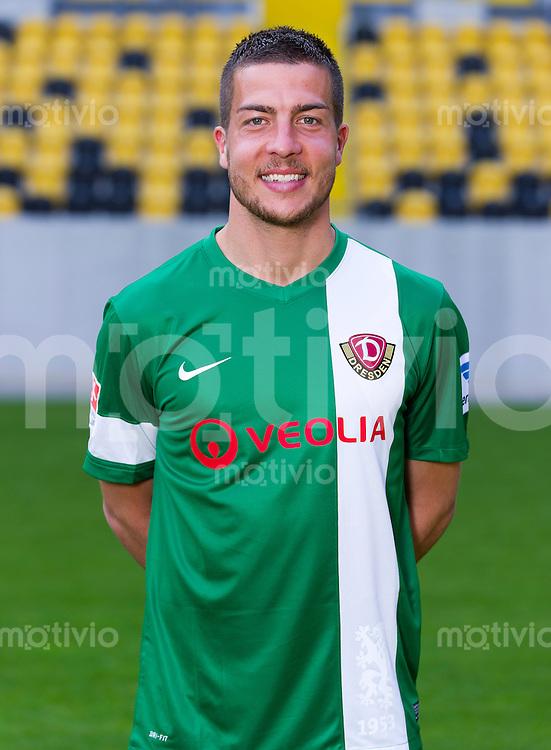 Fussball, 2. Bundesliga, Saison 2013/14, SG Dynamo Dresden, Mannschaftsvorstellung, Mannschaftsfoto, Portraittermin Torwart Florian Fromlowitz.