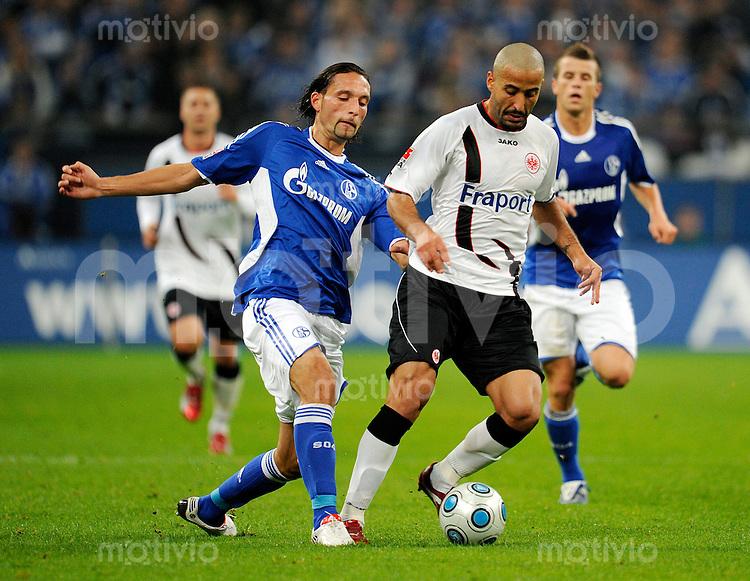 Fussball   1. Bundesliga   8. Spieltag    Saison 2009/2010 FC Schalke 04 - Eintracht Frankfurt  02.10.09 Kevin KURANYI (li, Schalke) im Zweikampf mit Selim TEBER (re, Frankfurt).