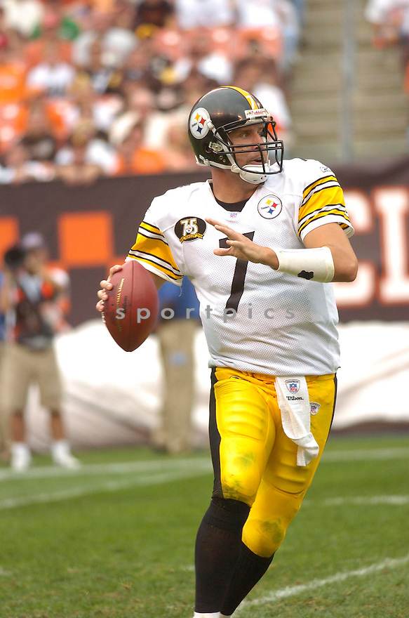 BEN ROETHLISBERGER, of the Pittsburgh Steelers, in action during the Steelers game against the Cleveland Browns on September 9, 2007 in Cleveland, Ohio. Steeler won the game 34-7.....SPORTPICS...