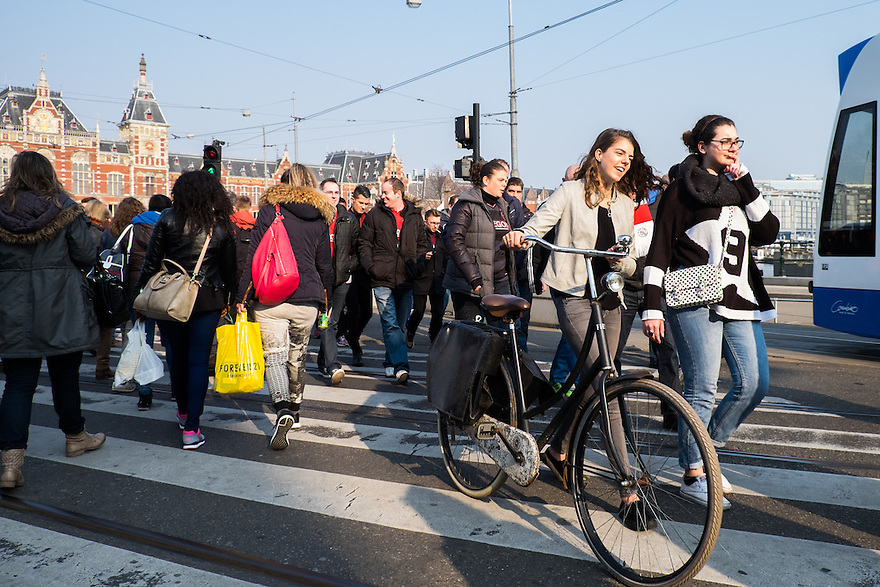 Nederland, Amsterdam, 19 maart 2015<br /> Drukte voor het Centraal Station, Amsterdam Centraal. Veel mensen steken over van en naar het Damrak. <br /> Foto: Michiel Wijnbergh