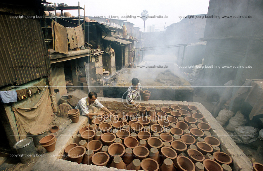 INDIA,Mumbai Bombay, slum Dharavi, many small enterprises generate employment and income for the slum dweller, pottery / INDIEN, Mumbai Bombay, Slum Dharavi, Kleingewerbe für Beschäftigung und Einkommenserwerb, Toepferei