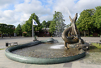 "Brunnenfigur ""Seeschlange"" von Axel Ebbe am Stortorget, Trelleborg, Provinz Skåne (Schonen), Schweden, Europa<br /> fountain figure seasnake by Axel Ebbe at Stortorget in Trelleborg, Sweden"