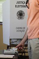 ATENCAO EDITOR IMAGEM EMBARGADA PARA VEICULO INTERNACIONAL- CURITIBA, PR, 07 DE OUTUBRO DE 2012 – ELEIÇÃO – A novidade na eleição curitibana foi a utilização da urna biométrica. A capital paranaense é a primeira do Estado a utilizar o sistema. (FOTO: ROBERTO DZIURA JR./ BRAZIL PHOTO PRESS)