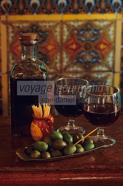 """Europe/Espagne/Castille/Madrid : Calle de la Bola - Restaurant """"La Bola"""" - Verres de vin et olives pour l'apéritif"""
