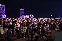 RIO DE JANEIRO, RJ, 31.12.2013 - O público curte os shows no palco principal, em frente ao Copacabana Palace, à espera da queima de fogos do Réveillon do Rio de Janeiro que espera cerca de 2,3 milhões de pessoas na praia de Copacabana. (Foto. Néstor J. Beremblum / Brazil Photo Press)