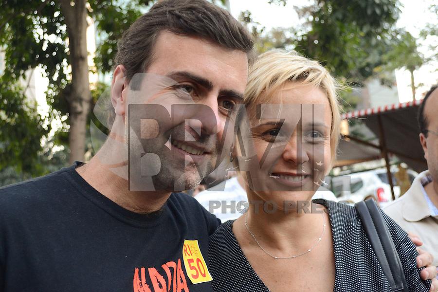 RIO DE JANEIRO, RJ, 04 AGOSTO 2012 -ELEICOES 2012-MARCELO FREIXO - O candidato a Prefeitura do Rio de Janeiro pelo PSOL, Marcelo Freixo, encontra com a atriz Giulia Gam em panfletagem na Feira da Rua do Lavradio,neste sabado, 04 de agosto, no centro do Rio.(FOTO: MARCELO FONSECA / BRAZIL PHOTO PRESS).