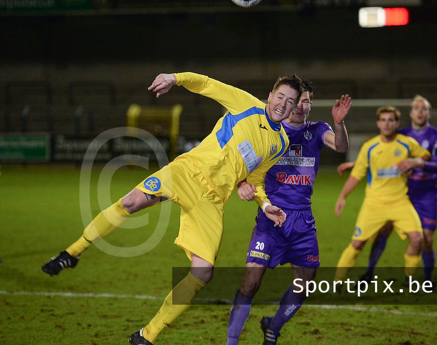 SW Harelbeke - FC Sporting Sint-Gillis-Waas : Joost Smet (links) in een kopduel met Niels De Loof (r) <br /> Foto VDB / Bart Vandenbroucke