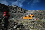 Amérique du Sud. Equateur. Trekking sur les volcans d'Equateur. Ascension de l'Iliniza Norte (5126 m) hérissé de sombres pitons de lave (necks). arrivée au refuge 4800m.South America. Ecuador. Trekking on the volcanoes