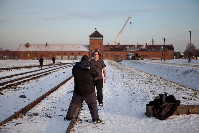 Ein Besucher lässt sich im Konzentrationslager Auschwitz (Birkenau) fotografieren. / A visitor is getting a photograph at the Auschwitz Birkenau site. It is estimated that between 1.1 and 1.5 million Jews, Poles, Roma and others were killed in Auschwitz during the Holocaust in between 1940-1945.