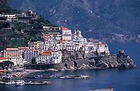 Europe/Italie/Côte Amalfitaine/Campagnie/Amalfi : La ville, la plage et le port