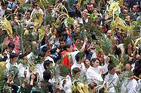 BOGOTA-COLOMBIA-24-03-2013. Cientos de católicos se hicieron presentes en la  parroquia del barrio 20 de Julio al suroriente de la capital para celebrar la misa de domigo de ramos . Hundreds of Catholics were present at the parish church on July 20 to the southeast of the capital to celebrate the Mass of Palm Sunday .Photo / VizzorImage / Felipe Caicedo / Staff