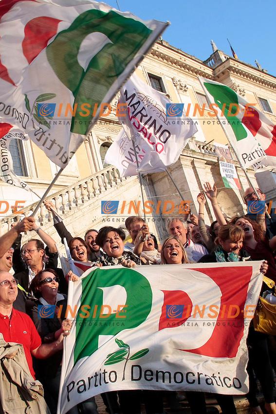 Sostenitori di Ignazio Marino con bandiere del PD e di SEL si radunano al Campidoglio per festeggiare<br /> Roma 10/06/2013 Piazza del Campidoglio. Festeggiamenti per la vittoria al ballottaggio del Candidato sindaco del Partito Democratico.<br /> Photo Samantha Zucchi Insidefoto